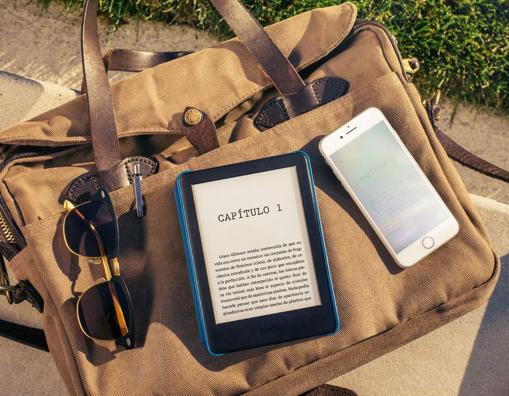 Kindle básico junto a un iPhone a la luz del día