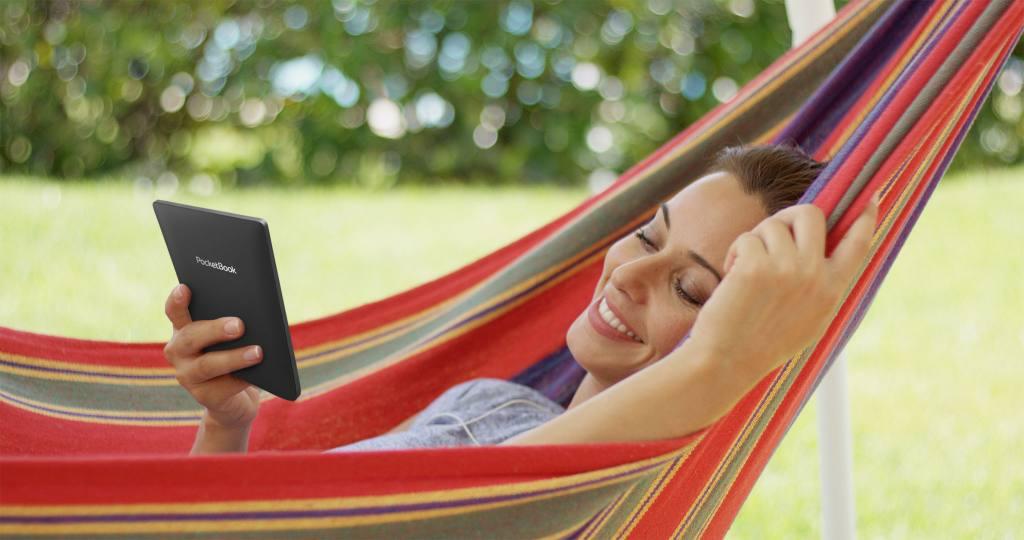 Mujer leyendo sobre una hamaca con PocketBook Touch Lux 5.